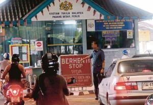 PADANG BESAR 01 June 2015. Pihak Kastam dan Imigresen tidak menjalankan pemeriksaan yang ketat kepada kenderaan yang keluar masuk ke Thailand dan Malaysia di Kompleks ICQ Padang Besar. NSTP/Eizairi Shamsudin