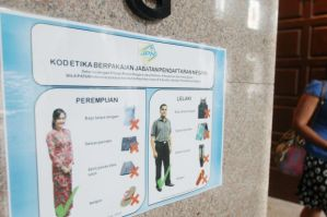 A poster on the dress code at a government department in Putrajaya (Photo: The Star)