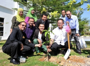 Datuk Seri Noh Omar (in white) launching the 'Green Tech' Expo 2015 at the Karangkraf Media Group Complex in Shah Alam, May 30, 2015. — Bernama pic