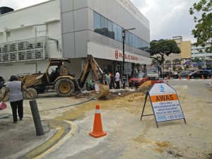 Rectification works carried out at the site beside the New Town PJ Public Bank is expected to complete today. – The Malaysian Insider pic by Maria J. Dass, July 15, 2015. - See more at: http://www.themalaysianinsider.com/citynews/greater-kl/article/business-dwindles-along-with-water-supply-in-pj-old-town#sthash.nRaWL93D.dpuf
