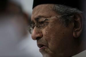 Bekas perdana menteri Tun Dr Mahathir Mohamad berkata umat Islam bukan sahaja perlu menahan diri daripada lapar dan dahaga tetapi juga seharusnya membendung perasaan marah dan benci dalam bulan Ramadan ini. – Gambar fail The Malaysian Insider, 14 Julai, 2015. - See more at: http://www.themalaysianinsider.com/bahasa/article/insiden-plaza-low-yat-tidak-patut-berlaku-di-bulan-ramadan-kata-dr-mahathir#sthash.b7qanTYj.dpuf