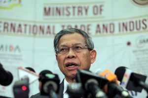 Malaysian International Trade and Industry Minister Mustapa Mohamed speaks during a press conference in Putrajaya on October 7, 2015. The Malaysian Picture